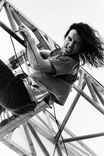 Eddie+Vedder+Vedder_hanging